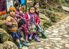 De troep van vier jonge meisjes wacht langs de weg Stock Fotografie