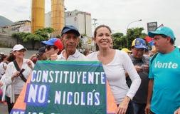 De troepen van Maria Corina Machado van de oppositieleider voor een beeld met artisanaal Rafael Araujo royalty-vrije stock afbeeldingen