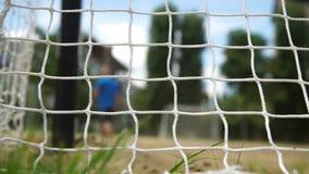 De trog van de strandvoetbal het doel netto op bewolkte hemelachtergrond stock videobeelden