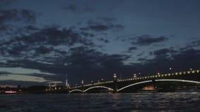 De Troitsky-brug in Heilige Petersburg. stock videobeelden