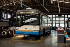 De trolleybus van Solaris Trollino 12AC in DPO-garages in Ostrava wordt hersteld dat stock foto