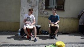 De trommelmuziek van het tienerspel stock video