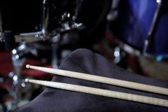 De trommelstokken zijn een essentieel element dat u toestaat om het juiste geluid van de trommeluitrusting te krijgen stock afbeelding