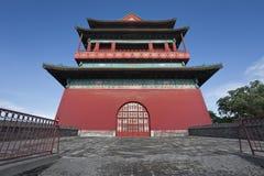 De trommeltoren van Peking tegen een blauwe hemel Stock Foto's