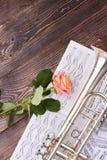 De trompet, muzieknoten en roze nam toe stock foto's