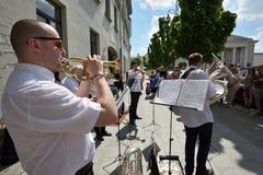 De trompet van het musicusspel in de Dag van de Straatmuziek Stock Foto's