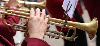 de trompetter speelt zijn trompet in het fanfarekorps tijdens levend concer royalty-vrije stock afbeeldingen