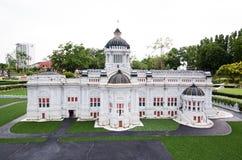De de Troonzaal van Ananta Samakhom is een koninklijke ontvangstzaal bij miniatuurpark is een open plek die miniatuurgebouwen too royalty-vrije stock foto's