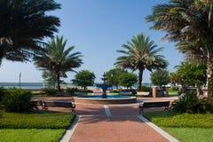 De tropische binnenplaats van het waterkantpark Royalty-vrije Stock Fotografie