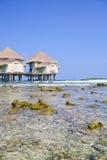 De tropische bungalow van het strandwater Stock Fotografie
