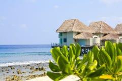 De tropische bungalow van het strandwater Royalty-vrije Stock Fotografie
