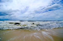 De tropische Golven van het Onweer op de Kust Royalty-vrije Stock Foto