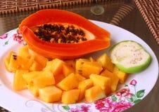 De tropische plaat van het besnoeiingsfruit Stock Afbeelding