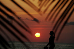 De tropische Vrouw die van de Vakantie op Strand bij Zonsondergang loopt stock fotografie