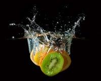 De tropische vruchten vallen onderwater Royalty-vrije Stock Foto's