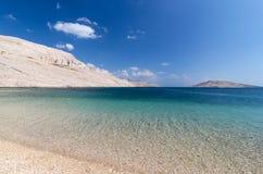 De tropische witte bergen van het strand blauwe water stock afbeelding