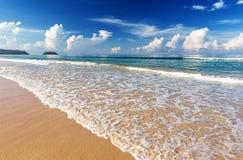 De tropische witte blauwe hemel van het zandstrand arainst Similaneilanden, Thailand, Phuket Similaneilanden, Tha Stock Foto's