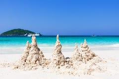 De tropische witte blauwe hemel van het zandstrand arainst Similaneilanden, Thailand, Phuket Similaneilanden, Tha Royalty-vrije Stock Foto