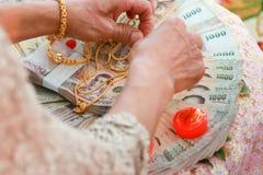 De trouwring en de huwelijksceremonie van de bruid in de huwelijksceremonie royalty-vrije stock fotografie