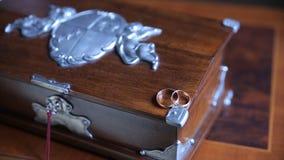 De trouwringen en namen toe Juwelen en ringen op houten doos royalty-vrije stock foto's