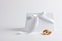 De trouwringen en nodigen uit Stock Foto