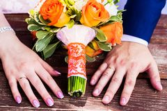 De trouwringen liggen en mooi boeket royalty-vrije stock fotografie