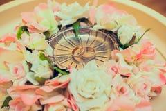 de trouwringen liggen op de tribune voor ringen Stock Foto's