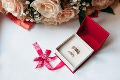 De trouwringen in rode doos met namen toe Stock Afbeelding
