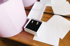 De trouwringen van de bruid en de bruidegom zijn in een houten doos royalty-vrije stock fotografie