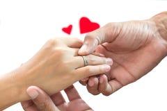 De trouwringen van de handslijtage stock foto