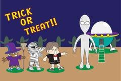 De truc of behandelt: De kinderen in Halloween-Kostuums bieden Truc aan of behandelen aan de Vreemdeling Royalty-vrije Stock Foto's