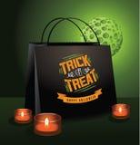 De truc of behandelt Halloween-zak met groene maan Stock Foto's