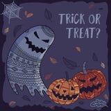 De truc of behandelt mooie Halloween-kaart met spook en pompoen Stock Foto's