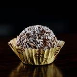 De truffel van de chocoladekokosnoot met kokosnotenvlokken op donkere achtergrond Stock Afbeelding
