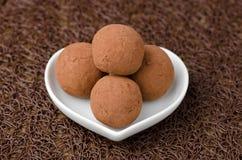 De truffels van de chocolade op een witte plaat Stock Afbeelding