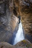 De Trummelbachwaterval is de grootste waterval in Europa, binnen een berg toegankelijk voor publiek De Waterval wordt dicht geves stock foto