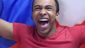 De Tsjechische Fan viert het houden van de vlag van Tsjechische Republiek in Langzame Motie stock videobeelden