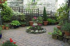 De tuin van Cobbled stock afbeeldingen
