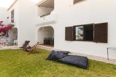 De tuin van de de zomerflat met stoelen en hoofdkussensopstelling Royalty-vrije Stock Afbeelding