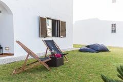 De tuin van de de zomerflat met stoelen en hoofdkussensopstelling Stock Afbeeldingen