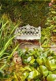 De tuin van de herfst Een kar met een stapel van gevallen bladeren Royalty-vrije Stock Foto