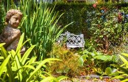 De tuin van de herfst Een kar met een stapel van gevallen bladeren Royalty-vrije Stock Fotografie