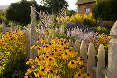De Tuin van de zomer en het Plattelandshuisje van het Land Royalty-vrije Stock Foto's