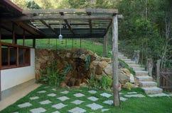 De tuin van het buitenhuis Stock Afbeelding