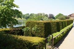 De tuin van het Kasteelculpeper van Leeds bij een oever van het meer in Maidstone, Kent, Engeland, Europa Stock Afbeeldingen
