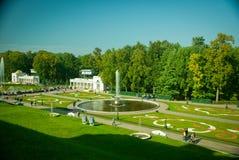 De tuin van het Paleis van Peterhof Royalty-vrije Stock Fotografie