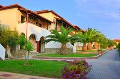 De tuin van palmen van een villa'stoevlucht Stock Afbeeldingen