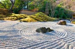 De tuin van Zen bij een zonnige ochtend Stock Foto