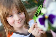 De tuinbloemen die van het kind installatie het tuinieren planten royalty-vrije stock afbeeldingen