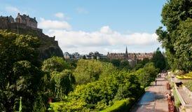De Tuinen van de prinses met het kasteel van Edinburgh Stock Foto's